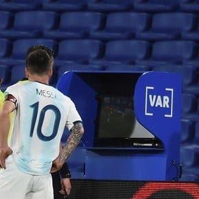 De locos: VAR y gol anulado por una falta de un minuto antes
